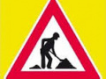 Na obrázku dopravní značka práce na silnici